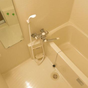シンプルながら使いやすそうな浴室。