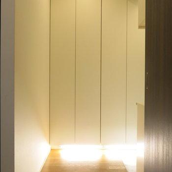 玄関入ると明るく照らす足元。