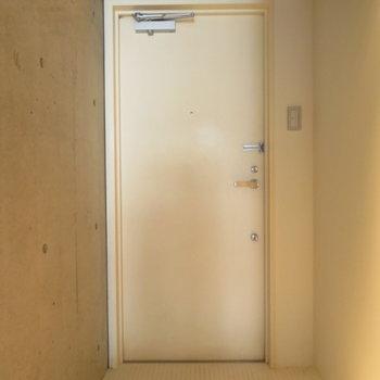 玄関はきれいですがシューズボックスはありません
