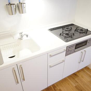 キッチンは3口ガスコンロ!(同間取り別部屋の写真です)