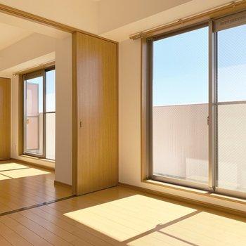 大きな窓からたくさん光が入る明るいお部屋。(※写真は14階の反転間取り別部屋のものです)