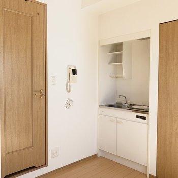 キッチン横にユーティリティスペース。(※写真は14階の反転間取り別部屋のものです)