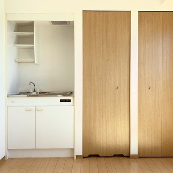 東面に左からキッチン・給湯器・クローゼット。(※写真は14階の反転間取り別部屋のものです)