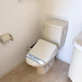 トイレはウォシュレット付き。(※写真は14階の反転間取り別部屋のものです)