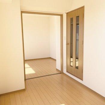 奥の洋室と1つの空間としても、分けて使っても◎(※写真は14階の反転間取り別部屋のものです)
