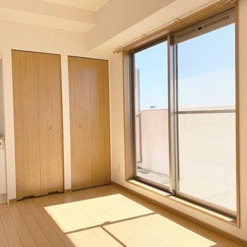 南向きの掃き出し窓。(※写真は14階の反転間取り別部屋のものです)