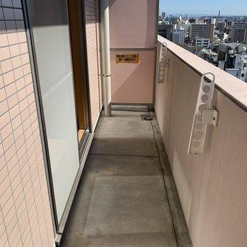 ベランダも東西に幅広。(※写真は14階の反転間取り別部屋のものです)