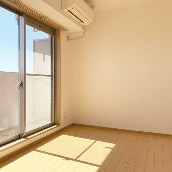 お日様が気持ち良い〜〜。エアコンはこちらの洋室に。(※写真は14階の反転間取り別部屋のものです)