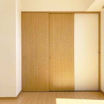 2枚引込み戸で独立したお部屋になります。(※写真は14階の反転間取り別部屋のものです)
