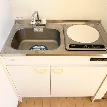 キッチンは1口IHタイプ。(※写真は14階の反転間取り別部屋のものです)