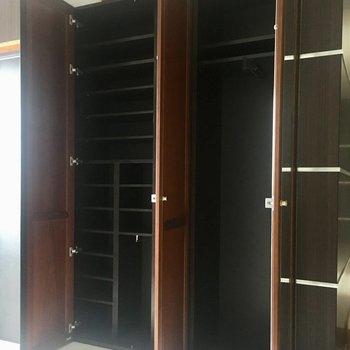 こちらにも靴箱とお洋服掛けが。コートなど玄関で脱いでそのまま入れられますね。