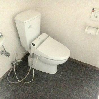 トイレに洗面台が付いています。更に隣には、、、