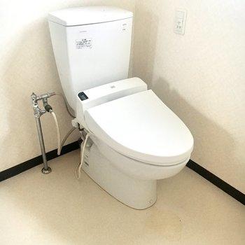 こちらの洋室にはトイレもあります。