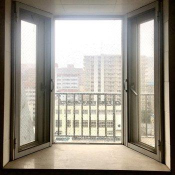 11階なので目線はあまり気になりません。カーテンを付けても◎