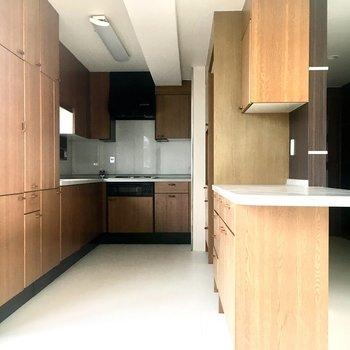 キッチンも広々!収納もしっかりあるのが嬉しいですね。
