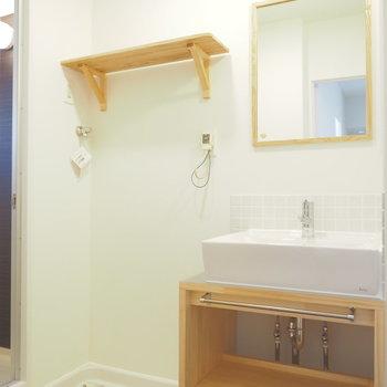 洗面台と洗濯機置場は隣り合わせで。