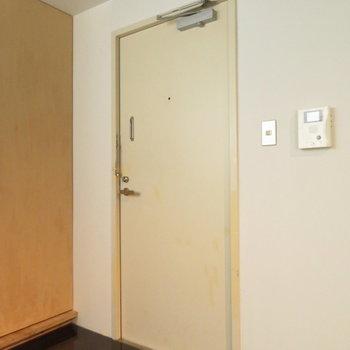 玄関は重厚な造りのスチールドアです※写真は前回掲載時のものです。