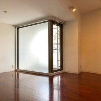 お部屋の中に大きな曇りガラス。※写真はクリーニング前のものです。