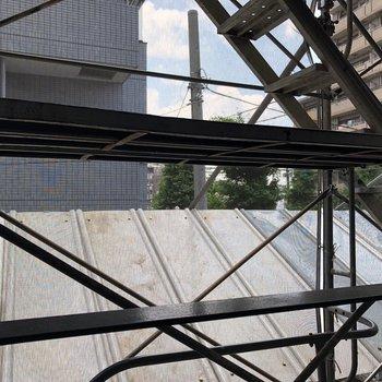 眺望。建物の間から空が見えます。※工事中の写真です。