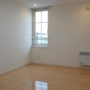 大きめの寝室は、可愛らしいまどが!※写真は同間取り別部屋です