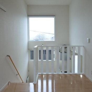 リビングから、ダイニング越しの窓。天井が高いって素敵。※写真は同間取り別部屋です