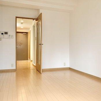シンプルな空間を自分色に染めてくださいね。