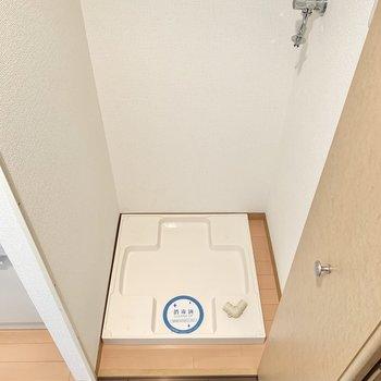 洗濯機置き場は扉で隠せるタイプ。