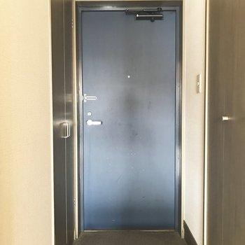 ブルーの扉がかっこいい。※写真は9階の同間取り別部屋のものです