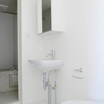 脱衣所に独立洗面台。※写真は前回募集時のものです