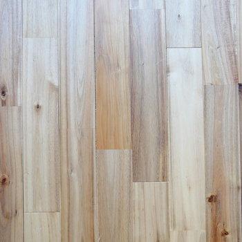 お部屋の中は無垢床です。※写真は前回募集時のものです