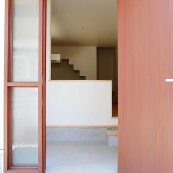 玄関の木のドアが雰囲気ある。 ※同階反転間取り別部屋の写真です