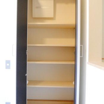 靴箱もたっぷり。 ※同階反転間取り別部屋の写真です