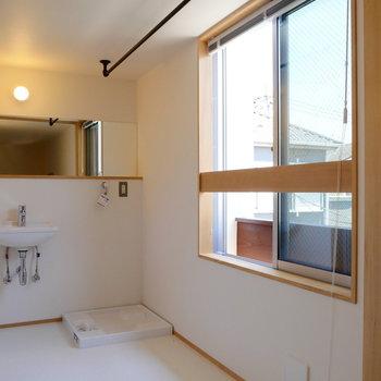 サンルームで、洗濯物を干して。 ※同階反転間取り別部屋の写真です