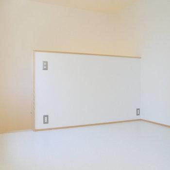 ここから2階。4.5帖のここを寝室に。 ※同階反転間取り別部屋の写真です