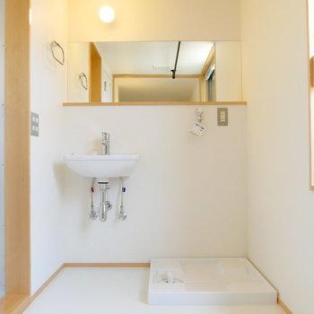独立洗面台と洗濯機がお隣さん。 ※同階反転間取り別部屋の写真です
