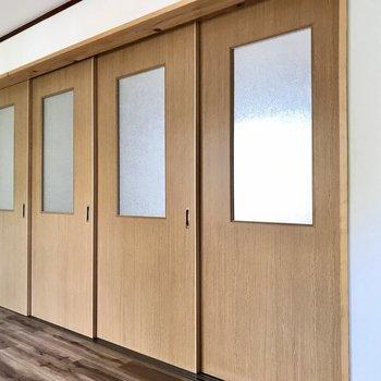 洋室の引き戸は四角いすりガラスがとっても可愛い。(※写真は清掃前のものです)