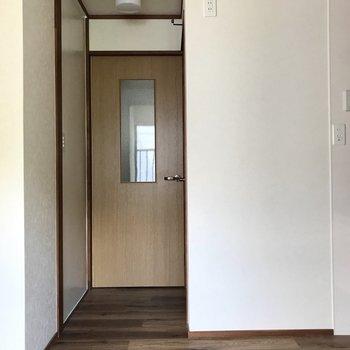 キッチンを見て左側が水回り。(※写真は清掃前のものです)