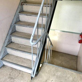 この階段をのぼって2階まで!2階なら全然大丈夫。