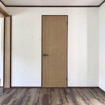 あの扉の先は、、、。(※写真は清掃前のものです)