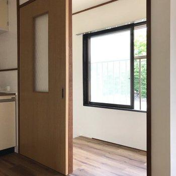 玄関はキッチン右側の扉を開けて。ここにも窓!(※写真は清掃前のものです)