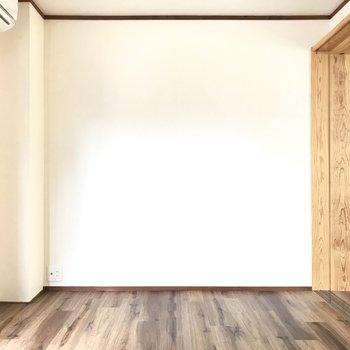 洋室もとっても広い。大きなベッドに、それにデスクでも置こうか。(※写真は清掃前のものです)