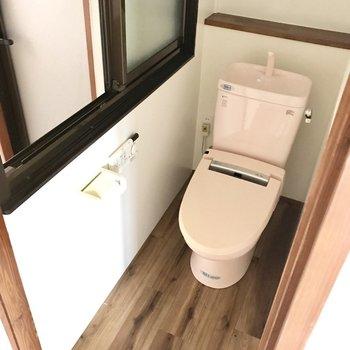 トイレにも窓。開けた先は脱衣所という不思議、、、!脱衣所の窓も開けて換気だ!(※写真は清掃前のものです)