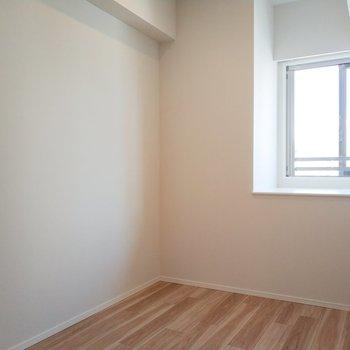洋室も奥まった窓で珍しい!