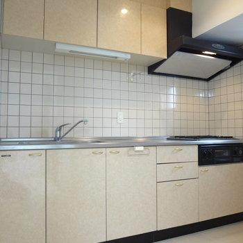 上の収納も使えば食器棚はいらないかも。※写真は別室です