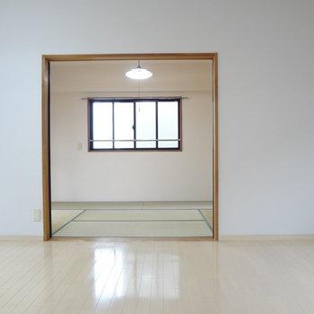 奥には和室が・・・※写真は別室です