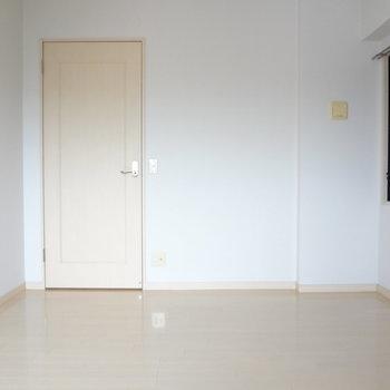 こちらは玄関横の洋室※写真は別室です