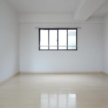 リビングには窓がたくさん※写真は別室です