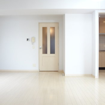 白を基調としていて、どんな家具にも合いそう!※写真は別室です