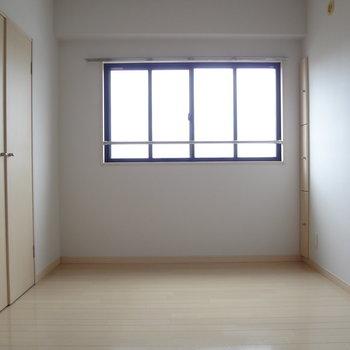 こちらのお部屋も明るい。さすが白。※写真は別室です