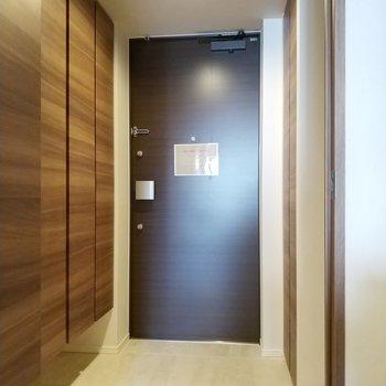 玄関はリッチな色合い。